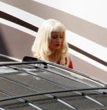 Christina Aguilera How tall is the guy behind her in the third pic? 8'3'? Foto 379 (Кристина Агилера Каким является высокий парень за ней в третьем ПИК?  Фото 379)