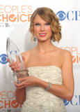 Taylor Swift - Страница 2 Th_49454_Preppie_-_Taylor_Swift_at_the_Peoples_Choice_Awards_2010_in_Los_Angeles_-_Jan._6_2010_9757_122_1199lo