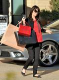 th_57304_Preppie_-_Robin_Tunney_carries_Cartier_and_Barney5s_bags_back_to_her_car_-_Jan._24_2010_422_122_414lo.jpg
